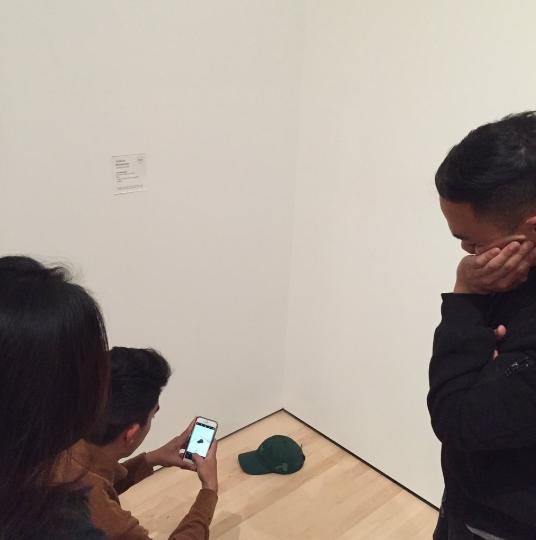 Khayatan đã thử những trò đùa tương tự, như đặt chiếc mũ hoặc món đồ khác nhưng không có thứ nào gây được sự chú ý như cặp kính.