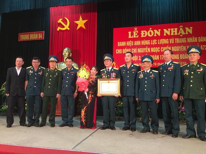 Xạ thủ Nguyễn Ngọc Chiến tại buổi lễ đón nhận danh hiệu Anh hùng LLVT nhân dân