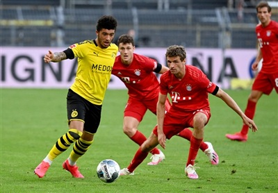 Jadon Sancho (trái) và Dortmund quyết phá thế thống trị của Bayern MunichẢnh: Reuters