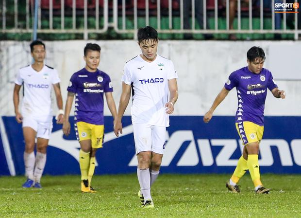 Xuân Trường cúi đầu thất vọng sau trận thua 0-4 trước Hà Nội FC. Đây là trận thua đầu tiên trên sân nhà của HAGL tại mùa giải này cũng là thất bại thứ hai liên tiếp tại V.League 2020