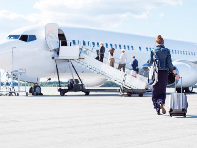 Hành khách thường lên máy bay từ cửa bên trái chứ không phải là cửa bên phải.