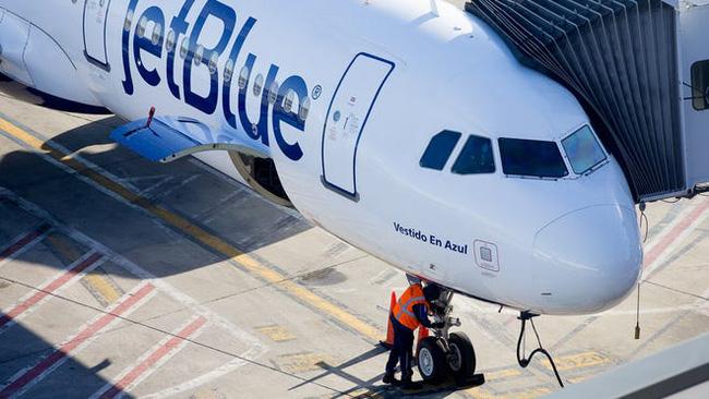Cửa bên phải của máy bay dùng để làm việc khác.