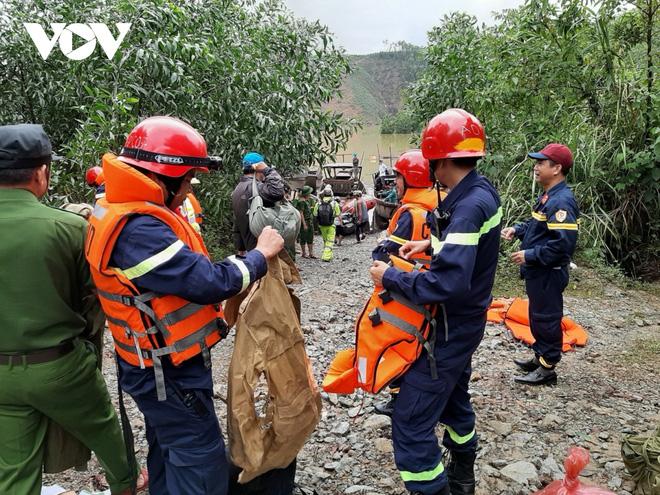 Lực lượng cứu hộ cứu nạn tiếp cận hiện trường Thủy điện Rào Răng 3 vào ngày 14/10. Ảnh: VOV