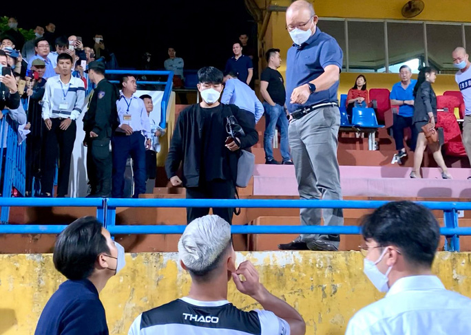 HLV Park Hang-seo trò chuyện cùng hậu vệ Văn Thanh của HAGL, bên cạnh ông là những trợ lý người Hàn Quốc mới, có người nói được tiếng Việt