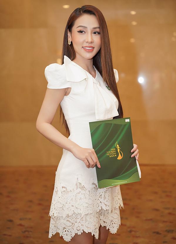 Nguyễn Ngọc Thy Thy, quê Quảng Ngãi với chiều cao 1,68 m, số đo các vòng: 83-65-94 cm. Cô xúc động khikểvề quê hương đang trải qua nhiều khó khăn do lũ lụt.