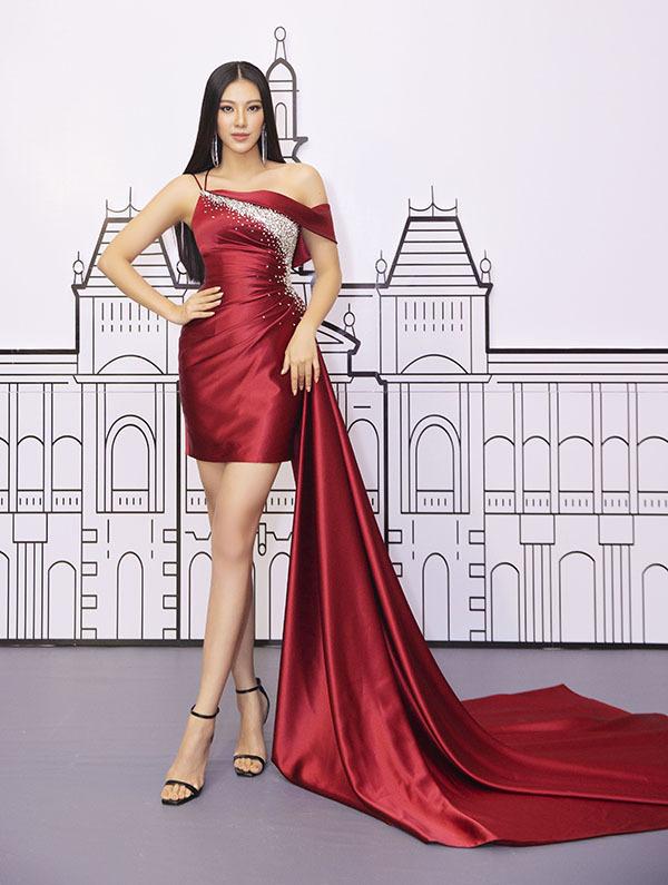 Á hậuKim Duyên nổi bật với váy dạ hội đỏ khi ngồi chấm thi.