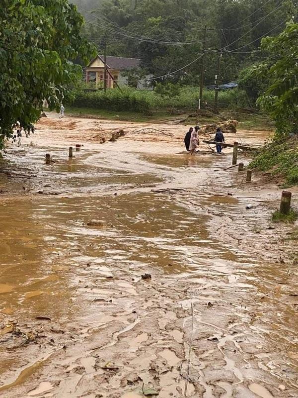 Nhiều cầu, đập tràn ở xã Húc bị nước cuốn trôi