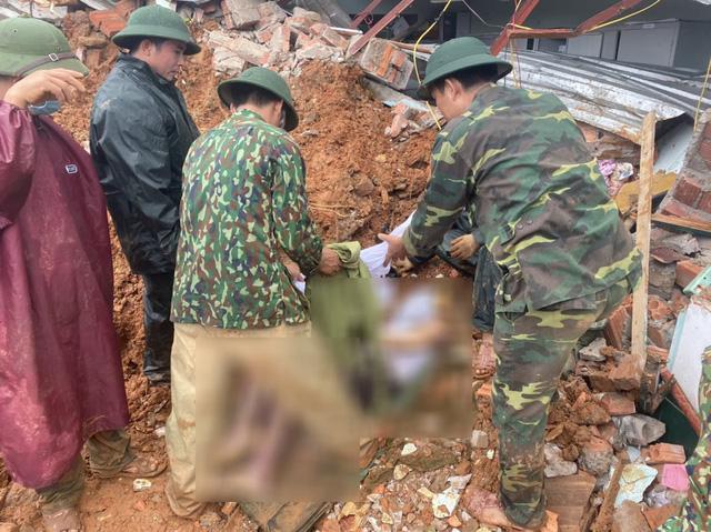 Thi thể một trong các nạn nhân thuộc Đoàn kinh tế 337 được lực lượng cứu hộ tìm thấy.