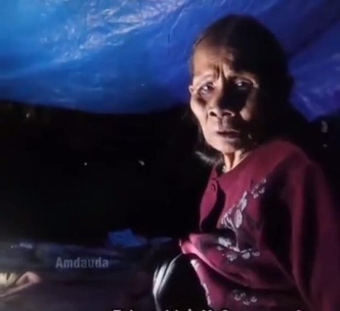 Cụ bà nằm trốn lũ trong túp lều lụp xụp bên cạnh mộ chồng khiến nhiều người xót xa.