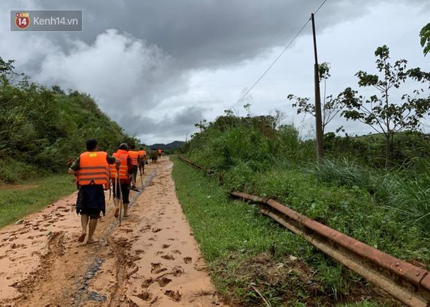 Đoàn cứu hộ lội bộ qua đoạn đường đầy bùn lầy để tiếp cận hiện trường vụ sạt lở đất khiến 6 người trong 1 gia đình bị vùi lấp tại thôn Tà Rùng (xã Húc, huyện Hướng Hóa, Quảng Trị).
