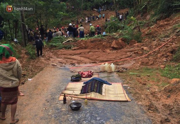 Tối 17/10, lực lượng công an địa phương và người dân đã tìm thấy được 2 thi thể gồm vợ ông Phơi là Hồ Thị A. và người con là Hồ Thị H.