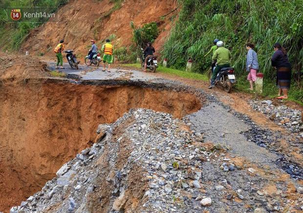 Tuyến đường Hồ Chí Minh nhánh Tây dẫn vào xã Húc bị mưa lũ làm sạt lở nghiêm trọng