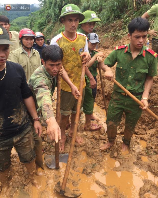 Người dân dùng cuốc, xẻng đào bới bùn đất, tìm thi thể 6 nạn nhân