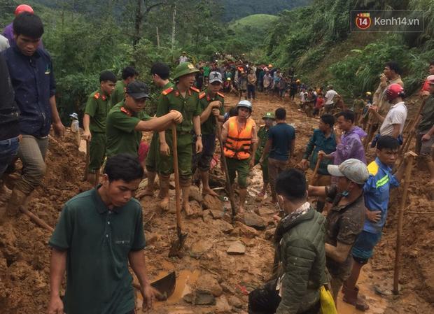 Hàng trăm người được huy động để tìm kiếm 6 nạn nhân trong gia đình bị sạt lở đất vùi lấp. Hiện, người dân địa phương đang tổ chức tang lễ cho 6 nạn nhân xấu số