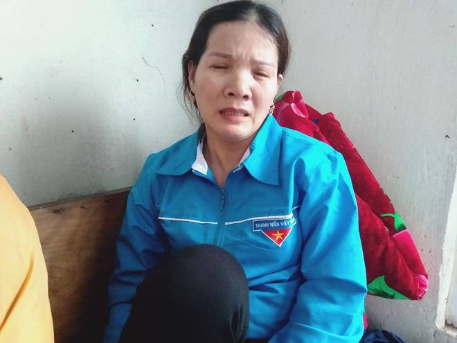 Chị Bùi Thị Hường (em gái Thiếu tá Toản) bật khóc khi nghĩ về anh. Chị Hường vẫn hy vọng anh trai mình bình an trở về.