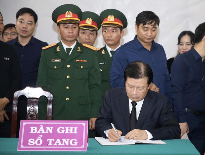 Phó Thủ tướng ghi sổ tang