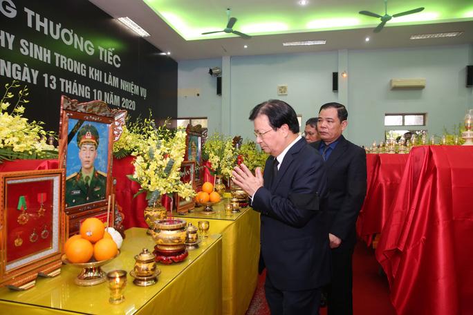 Phó Thủ tướng Trịnh Đình Dũng thắp hương viếng các liệt sĩ