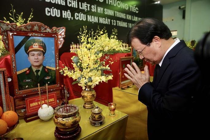 Phó Thủ tướng Trịnh Đình Dũng viếng liệt sĩ