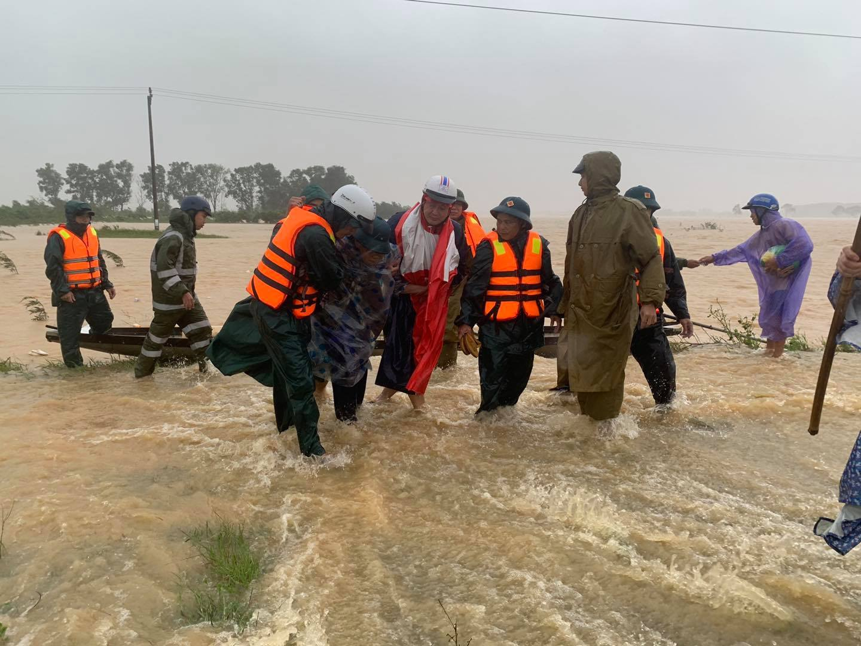 Kịp thời di dời người dân tại các địa bàn bị ngập sâu của thành phố Đông Hà. Ảnh: báo Quảng Trị
