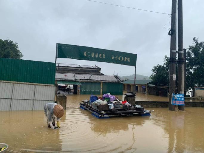 Mưa lớn khiến nhiều nhà dân ở huyện Hương Khê bị ngập sâu