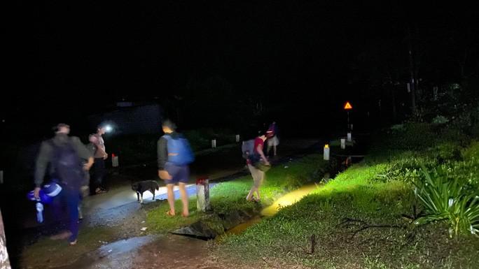 Nhiều phóng viên các báo, đài phải di chuyển sang nơi ở mới tá túc tạm người dân cách xa hiện trường sạt lở.