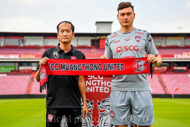 Kiatisak có thể làm thầy Văn Lâm sau khi Muangthong thua sốc đội bét bảng