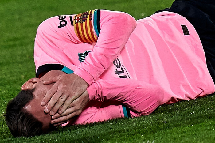 Messi bị đánh cùi chỏ, nằm sân đau đớn trong thất bại bất ngờ của Barcelona