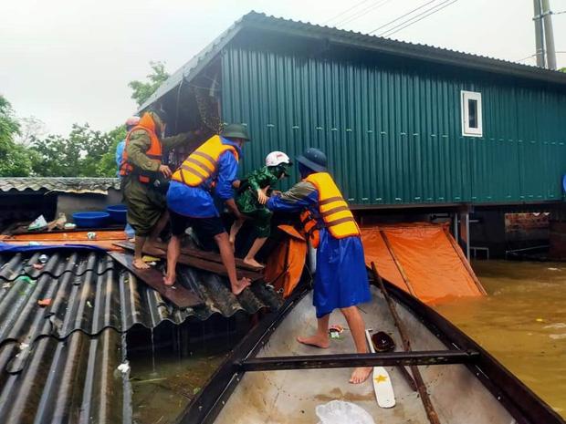 Công an xã Cam Thủy, huyện Lệ Thủy (Quảng Bình) sơ tán người dân ra khỏi ngôi nhà bị ngập sâu (Ảnh: Nhân dân)