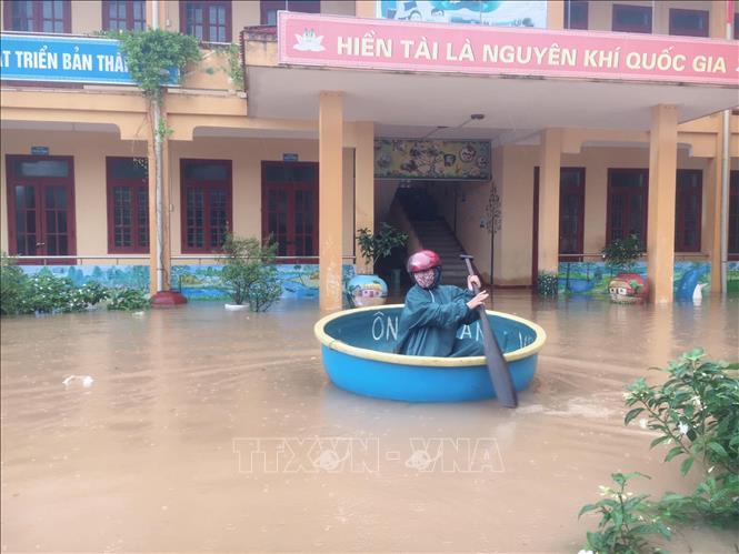 Ở trường Tiểu học số 2 Quảng Văn, thị xã Ba Đồn, giáo viên chỉ còn cách dùng thuyền thúng bơi vào bên trong để kiểm tra, nắm tình hình.