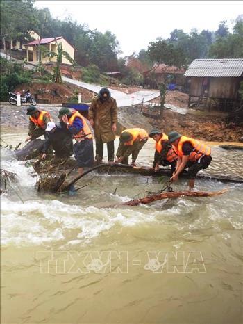 Cán bộ, chiến sỹ Đồn Biên phòng Làng Ho giúp dân huyện Lệ Thuỷ ứng phó với mưa lũ.
