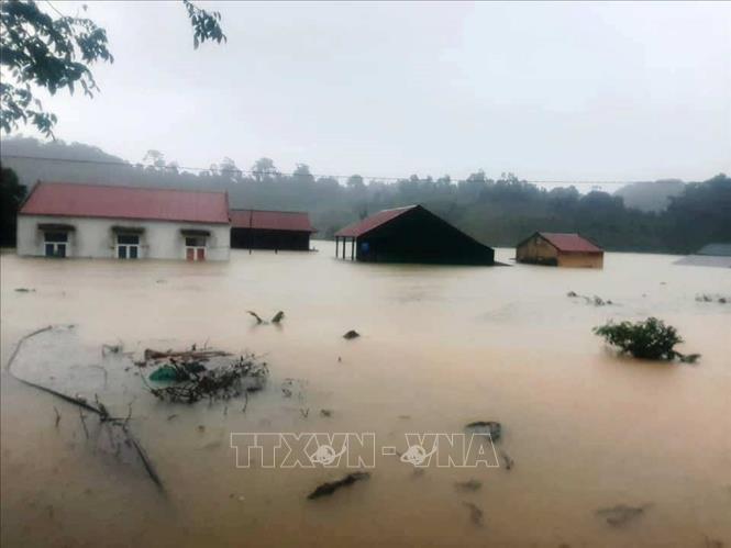 Nhiều nhà dân, thôn, bản ở xã Trường Sơn, huyện Quảng Ninh, tỉnh Quảng Bình bị ngập lụt, chia cắt cục bộ.