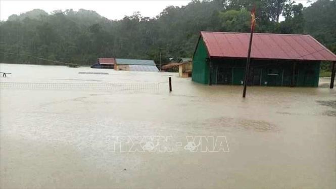 Nhà của người dân ở xã Trường Sơn, huyện Quảng Ninh bị ngập chìm trong biển nước.