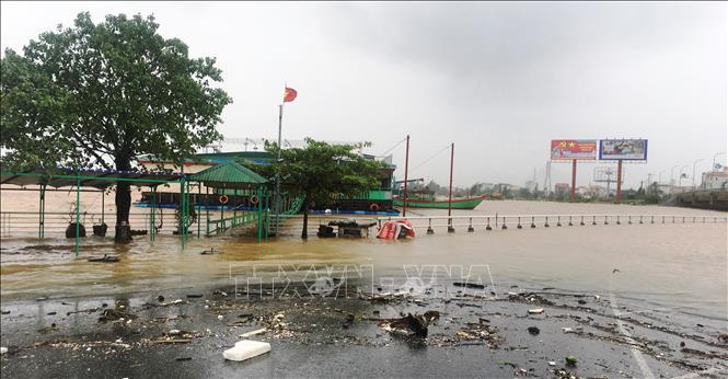 Nước trên sông Nhật Lệ lên cao, tràn vào gây ngập các tuyến đường ven sông ở thành phố Đồng Hới.