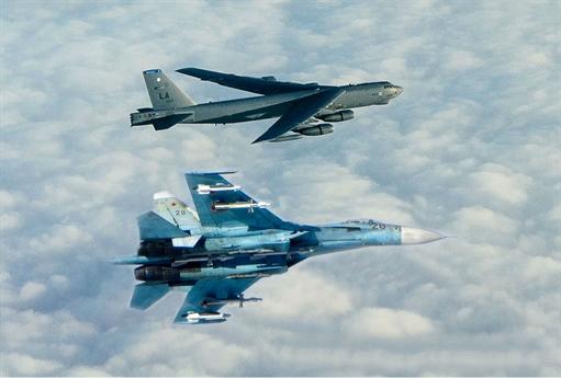 Tiêm kích Su-27 Nga đánh chặn máy bay ném bom B-52 Mỹ.