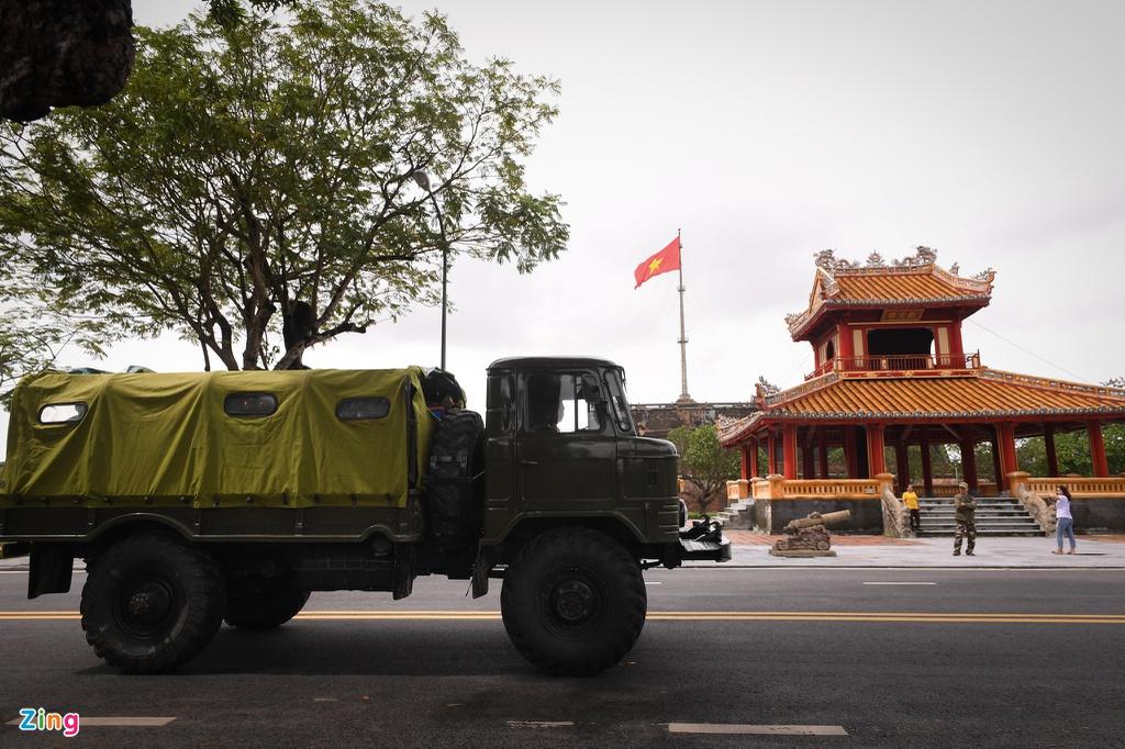 Trưa 18/10, linh cữu của ông Nguyễn Văn Bình, Chủ tịch UBND huyện Phong Điền, được lực lượng quân đội chuyển từ Bệnh viện Quân y 268 về quê nhà tại phường Tứ Hạ, thị xã Hương Trà, tỉnh Thừa Thiên - Huế - Ảnh: Tri thức trực tuyến
