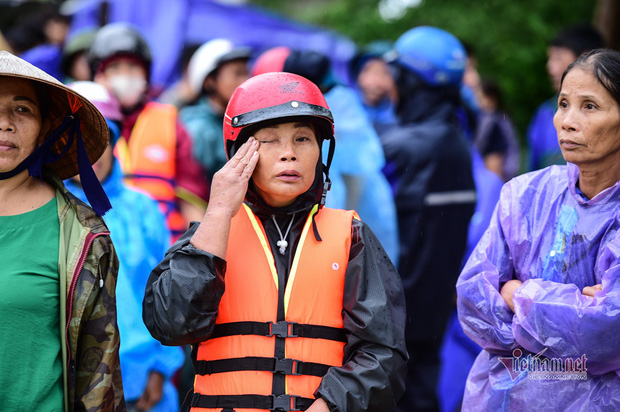 Người dân miền Trung không cầm được nước mắt khi chỉ trong vài đêm, dòng nước lũ đã cuốn phăng tài sản tích góp cả đời (Ảnh: Vietnamnet)