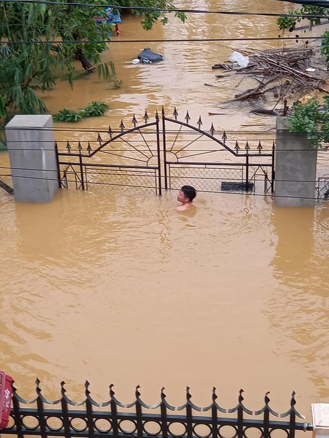 Nước lũ dâng cao, nhấn chìm nhà cửa và tài sản của hàng vạn gia đình