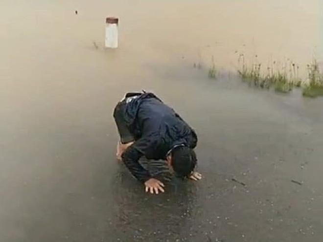 Sản phụ Hoàng Thị Phượng ở Huế bị lũ cuốn khi trên đường sinh con. Hình ảnh người chồng bất lực, đứng trên bờ gào khóc gọi tên vợ khiến ai cũng xót xa (Ảnh: Facebook)