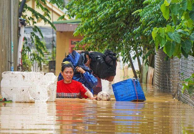 Nước ngập sâu tại TP. Đông Hà (Quảng Trị) khiến người dân phải nhanh chóng sơ tán (Ảnh: Thanh niên)