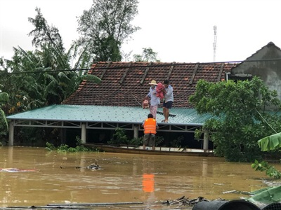 Nhiều người đau đớn bỏ lại ngôi nhà cùng tất cả tài sản bị dòng nước lũ nhấn chìm (Ảnh: Thanh niên)