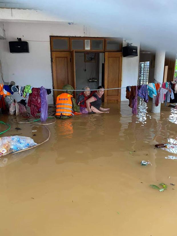 Những người may mắn được đội cứu hộ cứu ra khỏi dòng nước lũ dâng cao (Ảnh: Facebook)