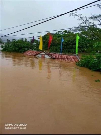 Nước lũ dâng cao ngập cổng trường