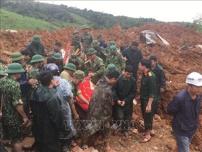 Lực lượng chức năng tìm thấy thi thể trong vụ sạt lở nghiêm trọng vùi lấp 22 chiến sĩ của Đoàn Kinh tế - Quốc phòng 337 (Đoàn 337) xã Hướng Phùng, huyện Hướng Hoá, Quảng Trị. Ảnh: TTXVN