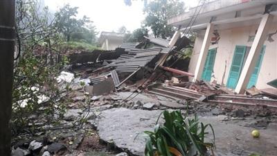 Các dãy nhà ở và làm việc của đơn vị Đồn Biên phòng Cha Lo đã bị sụp đổ hoàn toàn
