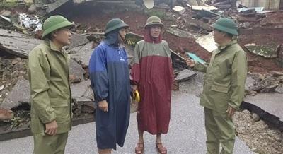 Đại tá Trịnh Thanh Bình (ngoài cùng bên phải), Chỉ huy trưởng Bộ đội Biên phòng Quảng Bình trực tiếp đến hiện trường chỉ đạo công tác di dời