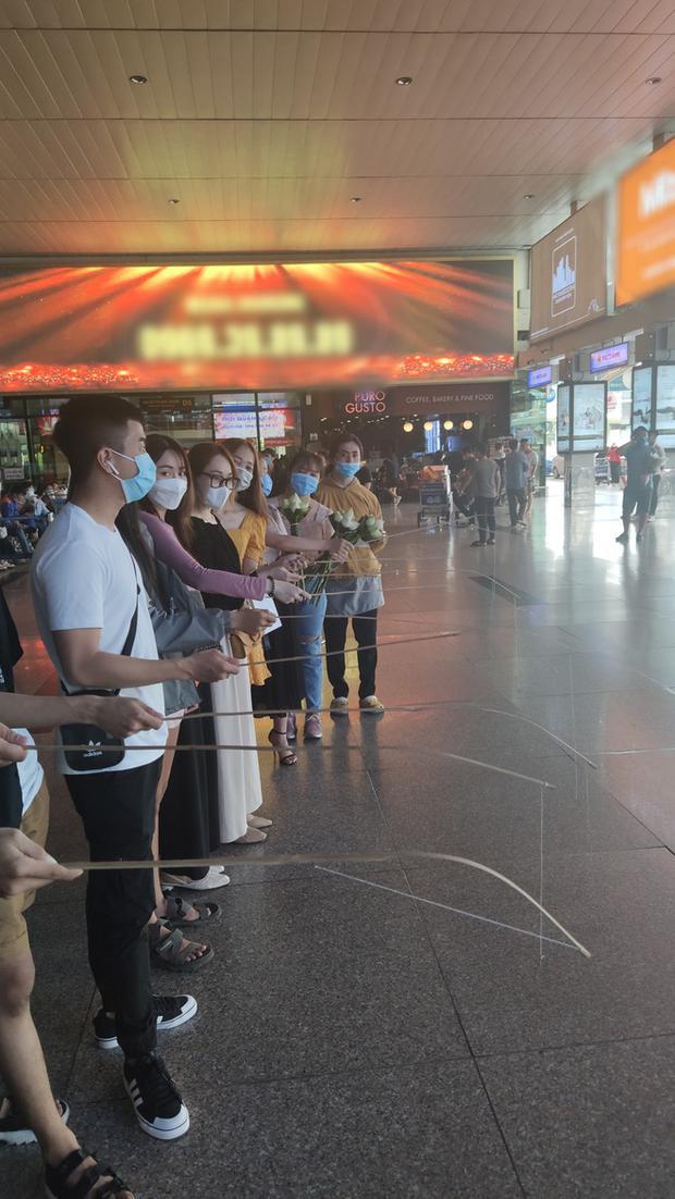 Fan xếp hàng chờ nữ ca sĩ