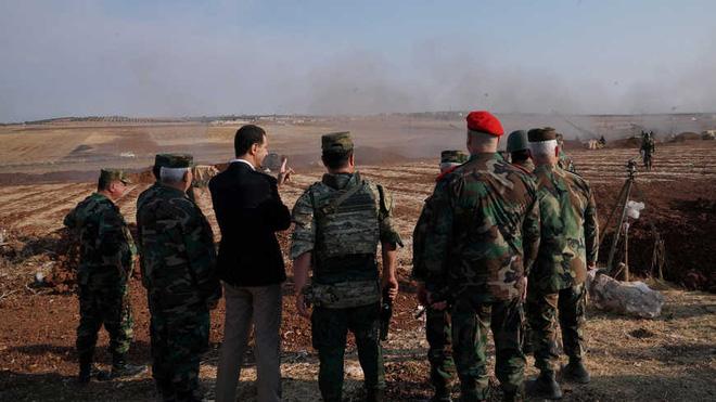 Tổng thống Syria Bashar al-Assad cùng các tướng lĩnh SAA bao gồm cả Tướng Suheil al-Hassan chỉ huy Sư đoàn 25 đặc nhiệm (tên cũ là Lực lượng Tiger) tại mặt trận Idlib tháng 10/2019 (Nguồn: SANA/Reuters).