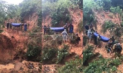 Đoàn công tác Công an huyện phải băng rừng, vượt lũ để đưa đồng đội trở về. Ảnh: Quang Thành