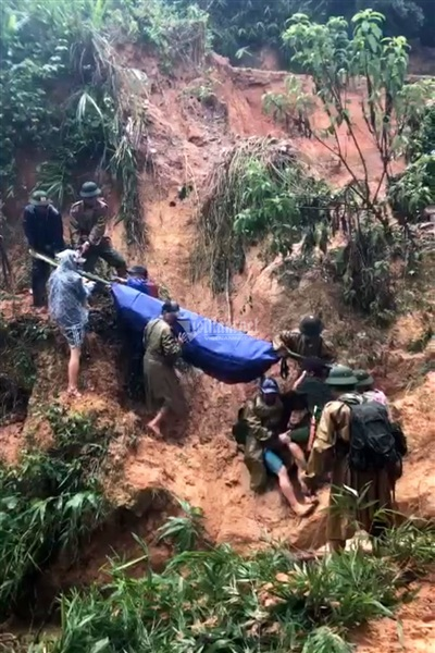 Thời khắc khó khăn khi chuyền tay cáng thi thể đồng đội vượt vực núi. Ảnh: Quang Thành