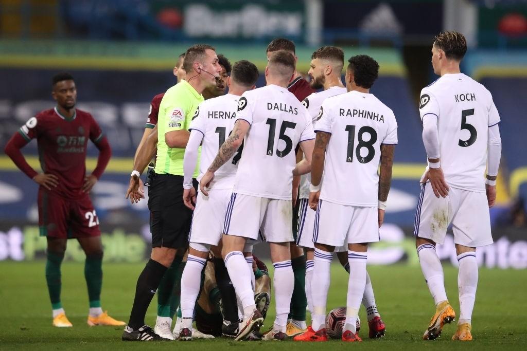 Trọng tài - VAR điều khiển trận Liverpool lại gây phẫn nộ: Cầu thủ đạp vào 'vùng kín' đối phương vẫn thoát thẻ đỏ
